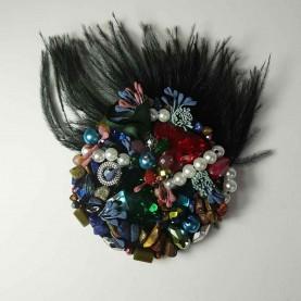 Broche con plumas multicolor