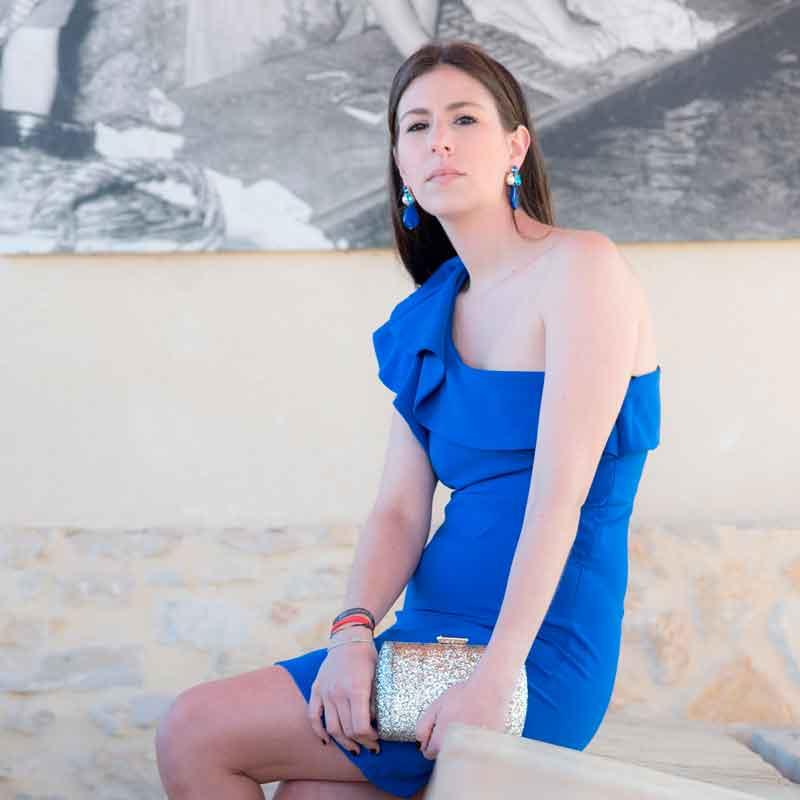 Look azul complementos dorados