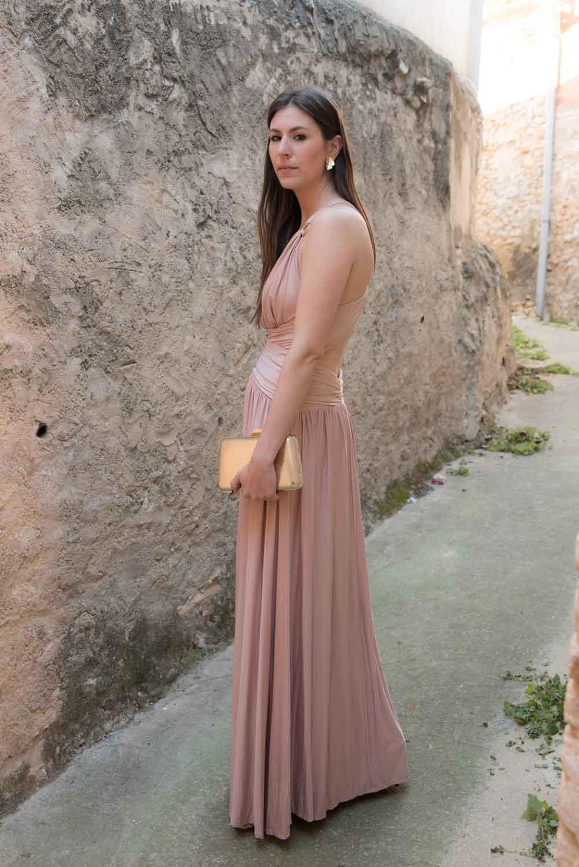 look con vestido rosa palo
